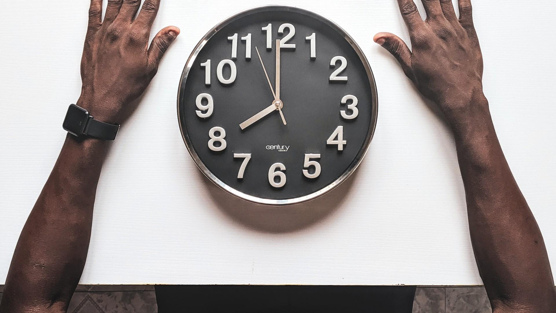 Mann-am-Esstisch-mit-Uhr-statt-Teller.jpg