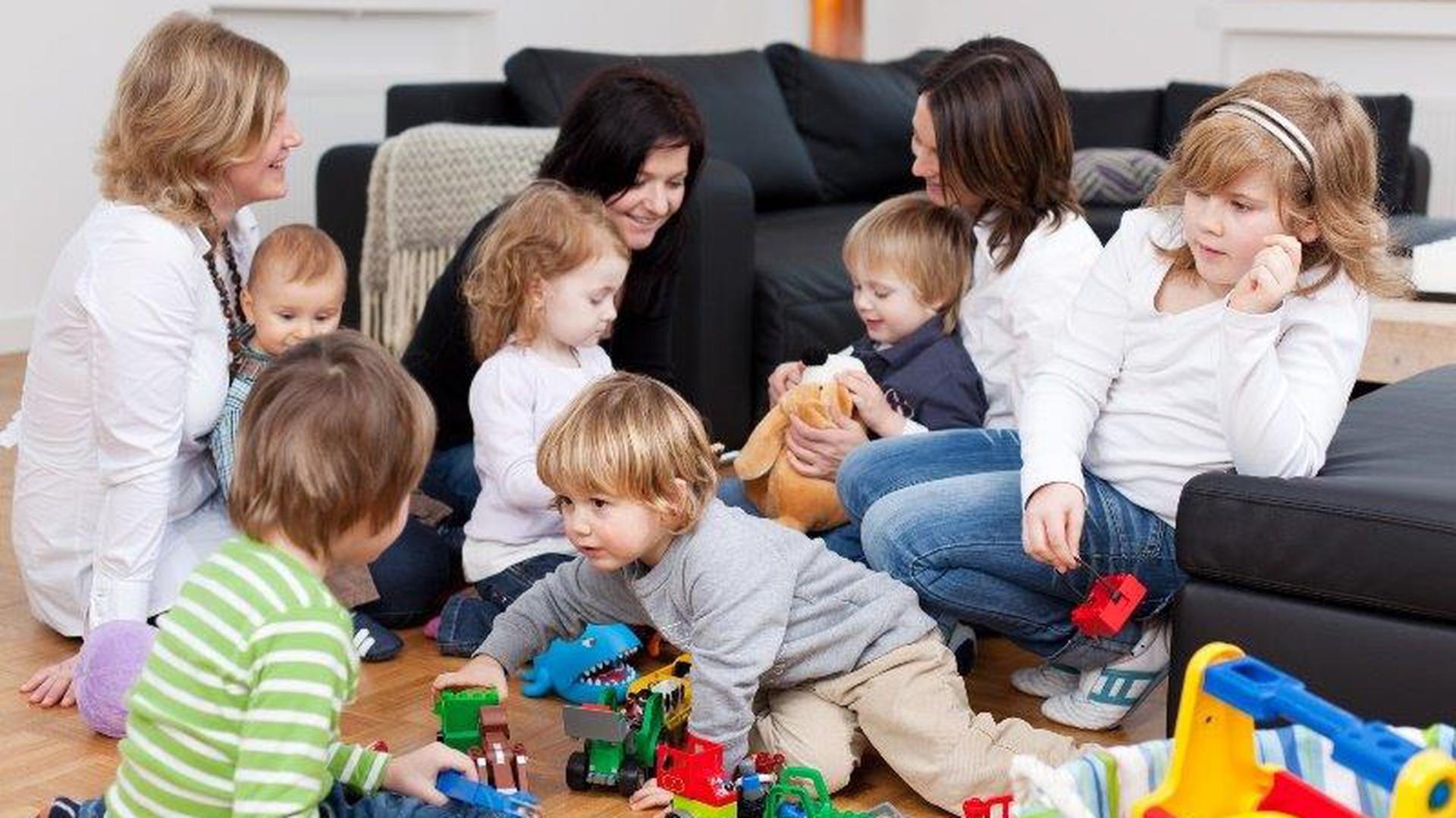 Mütter mit ihren Babys und Kleinkindern beim Babytreff