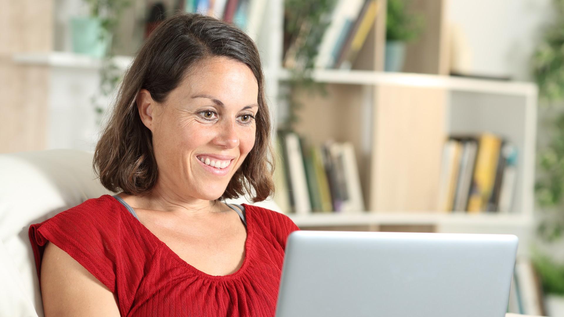 Frau-lässt sich-online-beraten.jpg