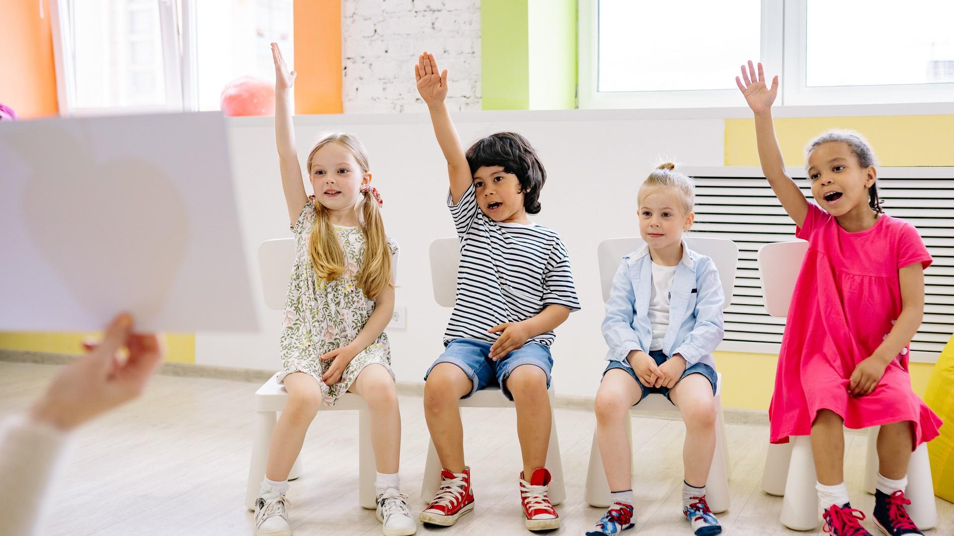 Grundschulkinder nehmen am Unterricht in ihrer Klasse teil