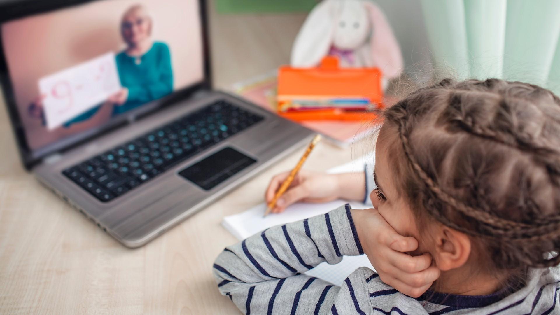 Kind-und-Oma-telefonieren-mit-Video.jpg