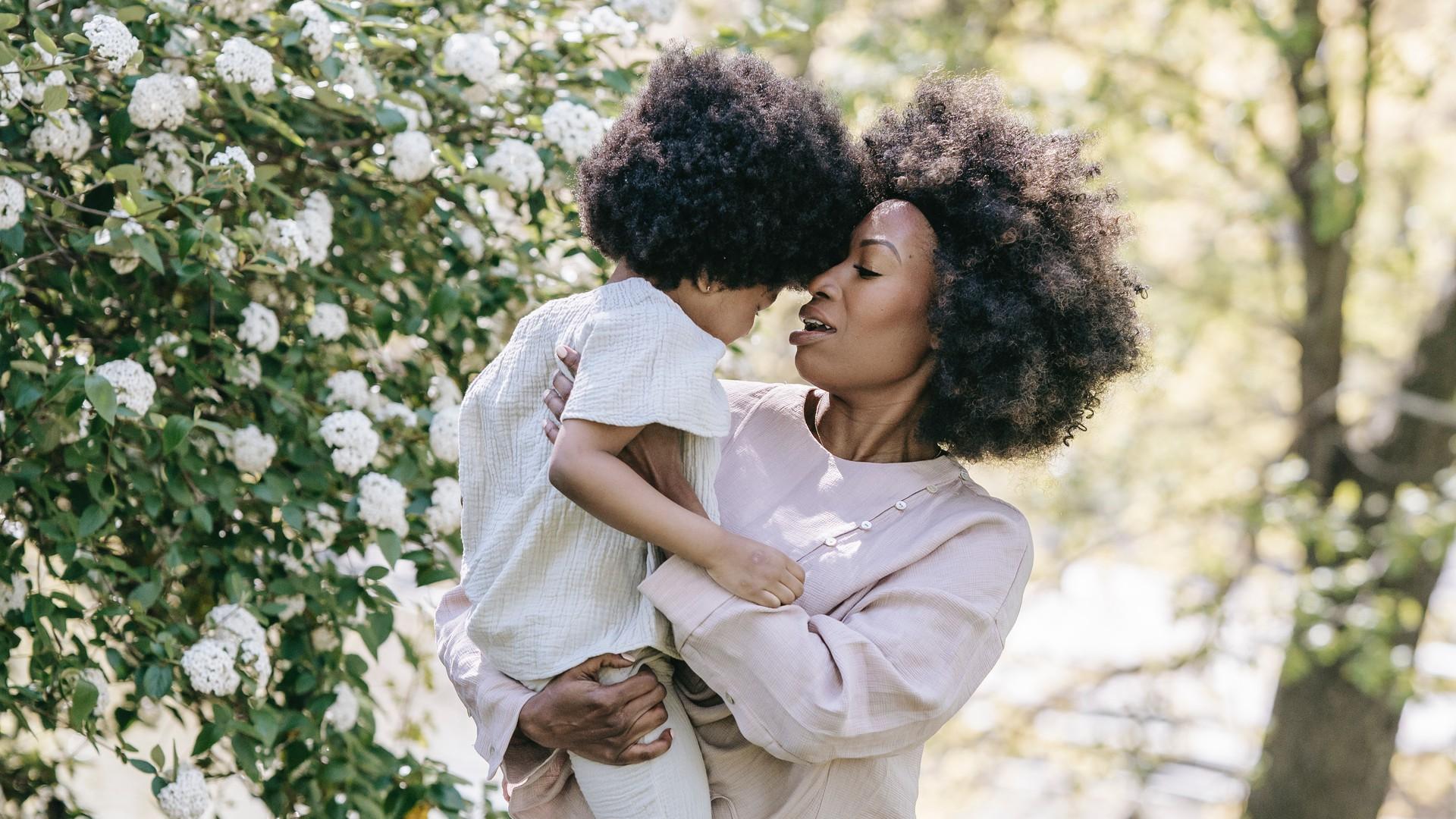 Frau mit Kind ohne das Gesicht zu sehen