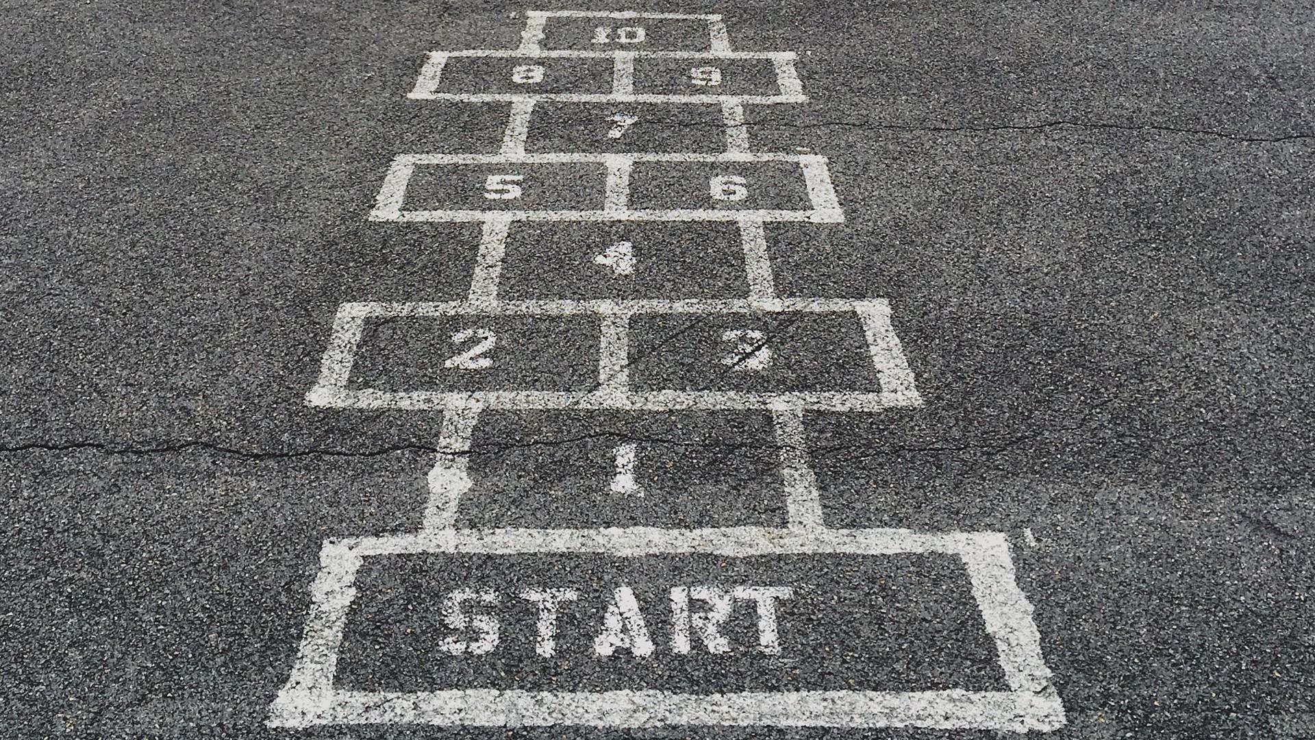 Felder auf Straße Start und Zahlen