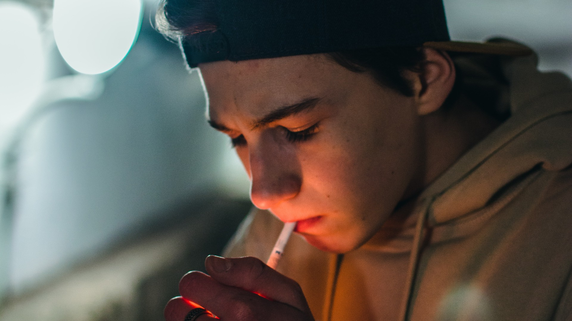 Jugendlicher Raucher zündet sich eine Zigarette an