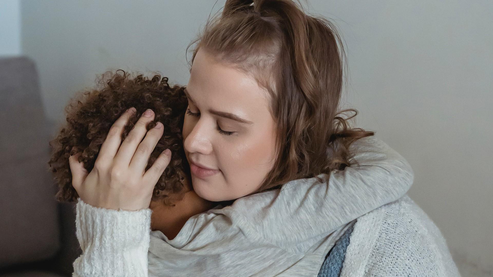 Mutter tröstet trauriges Kind